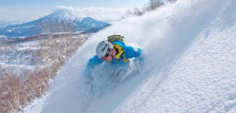 羊蹄山とスキーヤー