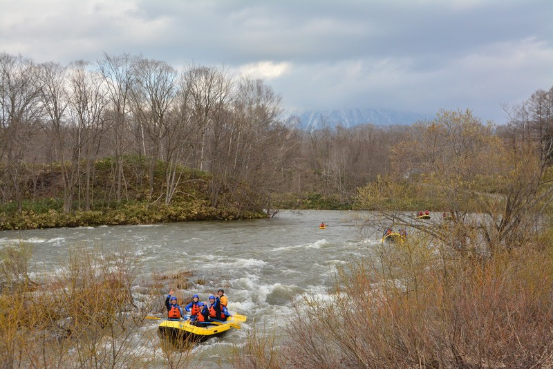 尻別川とラフティングボート