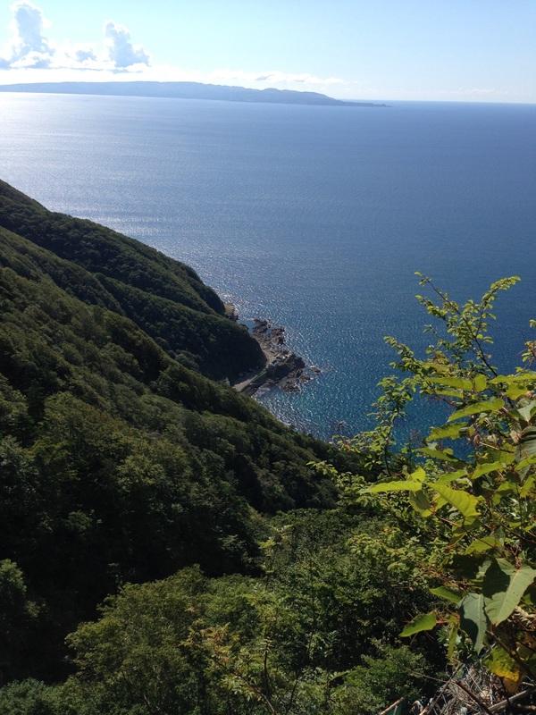 太田神社本殿の岩窟から見る日本海