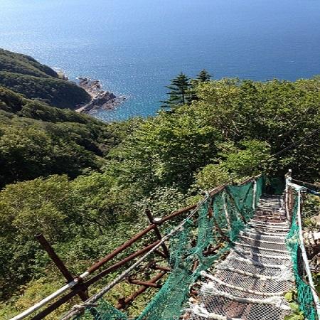太田神社参拝の難所、鉄の橋と海
