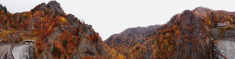 從豐平峽大壩欣賞遍山紅葉的醉人秋色。